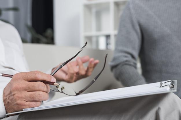 terapeuta rozmawia z pacjentem integracja psychodeliczna
