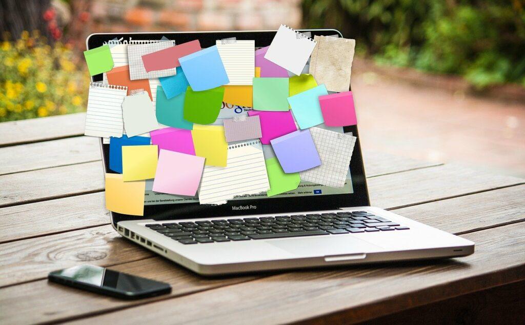 laptop oklejony duza iloscia kartek mikrodawki