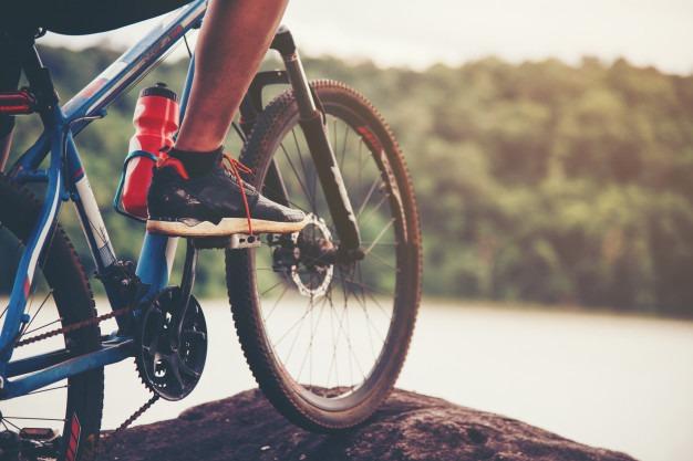 mezczyzna relaksuje sie na rowerze psychodeliki